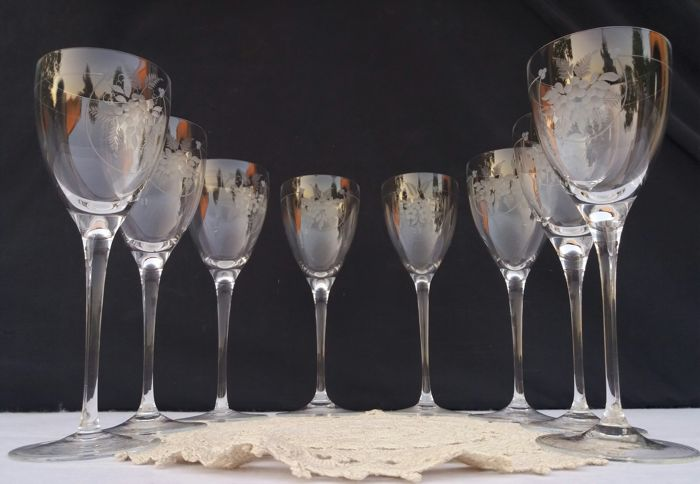 Lot consisting of 8 flute glasses of finely chiselled lightweight crystal - France - 1900/1940 circa