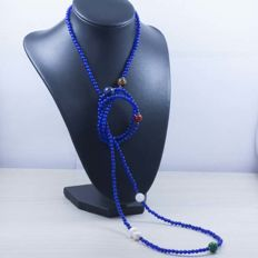 18 kt/750 yellow gold – Long necklace with sapphire and multi gemstones – Length: 120cm.