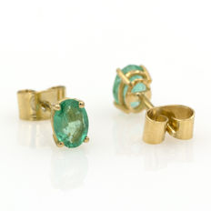 18 kt yellow gold stud earrings with emerald. 7 x 5 mm.
