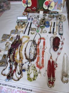 Super vintage pirate treasure from the 1970s - necklaces, rings, watches, pins, bracelets, earrings, piercings, jewellery boxes, mini fans, wooden cat, cloisonné pen