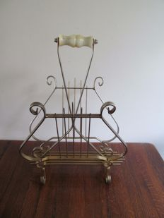 Lectern or newspapers holder shaped like a harp.