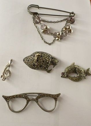 Set of jacket brooches, 1950s, leopard head, glasses, fish, etc.