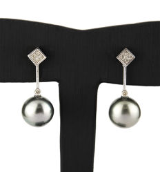 18 kt (750/1000) white gold - square stud earrings made from with gold with brilliant cut diamonds and Tahitian pearls.