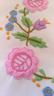 A nice centrepiece hand embroidered with colourful flowers