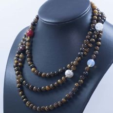 18 kt/750 yellow gold – Long necklace with tiger's eye and multi gemstones – Length: 120 cm.