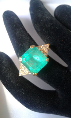 18K gold set with an emerald of 8.50 carats and shouldered with 0.24 carat of diamonds. - Ring size 51
