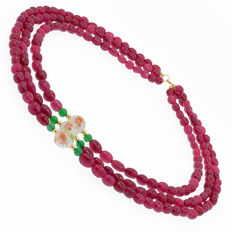 18k/750 yellow gold - Three rows necklace with rubies, emerald and porcelain. - Length: 54 cm