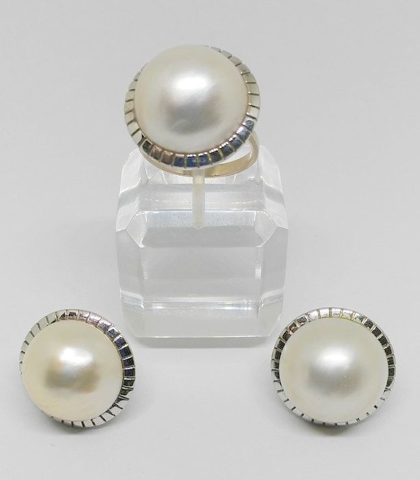 Set of earrings and ring, with large Mabé pearls.