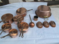 Important set of 5 pans + 1 frying pan + 2 cake moulds + a big jam pan + 1 ladle and small very heavy pots in red copper