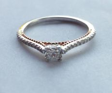 18 kt white/rose gold ring with diamonds totalling 0.25 ct -- size 54