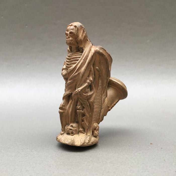 "Figural clay pipe by Gambier, ""le Mort"", model nr. 946 - France, ca. 1870"