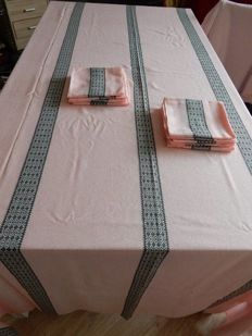 Beautiful and very large rectangular tablecloth pink - 3,00 m - with black geometric stripes in Dralon - with 10 large napkins - France