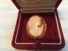 18 kt gold cameo brooch with shell