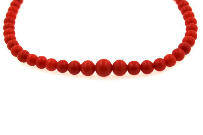 Coral necklace, round, changing size of 3 x 8 mm, 14 kt yellow gold clasp; total length of 60 cm