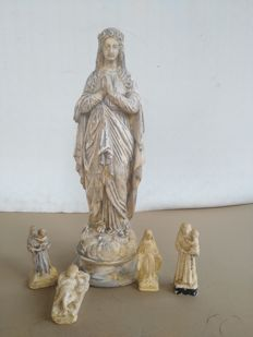 Antique lot of four crib figurines in terracotta and plaster, depicting Saint Anthony, baby Jesus and the Virgin Mary and one sculpture of the Virgin