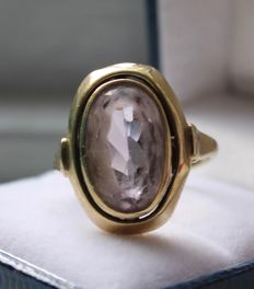 8 kt Yellow gold ring inlaid with amethyst, ring size 19.