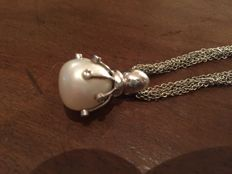 Multi-strand chain in white gold with pear-shaped pearl pendant measuring 15 x 19 mm, held by approx. 0.60 ct diamonds, H-VS1
