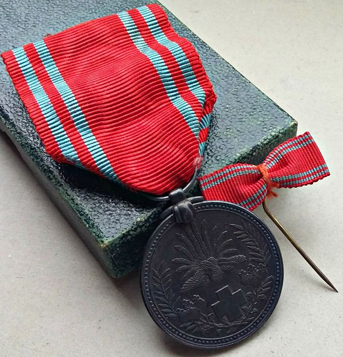 WWI: Japanese Red Cross medal in rare dark green box with miniature bow .