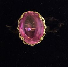 Gold ring with a synthetic pink spinel from around 1950