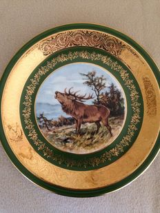 4 plates and 1 cake plate in genuine Limoges porcelain, gilded with green ans burgundy border, speciality of Limoges