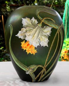 Fritz Heckert - Iridescent glass vase with floral decorations