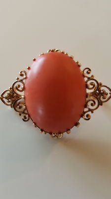 Exclusive Biedermeier brooch in 14 kt gold with very large coral