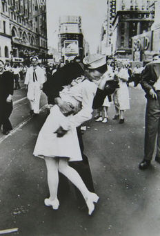 Alfred Eisenstaedt (1898-1995) - V-J Day Kiss - Time Square - New York - 1945