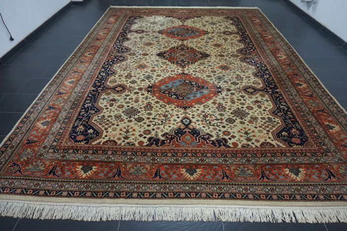 Nice hand-knotted oriental Qom carpet with medallion, 300 x 420 cm, made in India