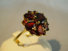 Antique gold ring with facetted garnet droplet