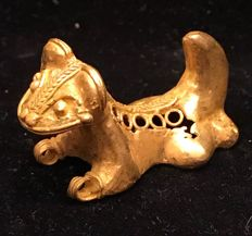 South America . A little , Tumbaga Gold , artifact , Colombia , Tairona Culture  - 22 x 38 x 14 mm , 9,3  grams, A pendant of a baby  lion prince