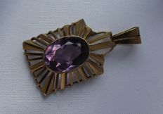 8 kt Yellow gold pendant inlaid with amethyst. Size: 20 x 37 mm