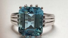 Aquamarine ring held in 18kt white gold - ring size 18.3mm