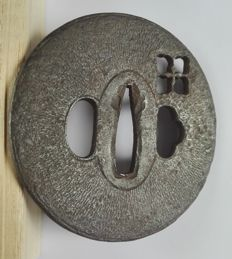 Round tsuba with flower in sukashi technique - Japan - Edo period