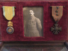 Frame containing 2 medals (military value + Cross of war 1914-1916 ), framing a picture of the recipient, France