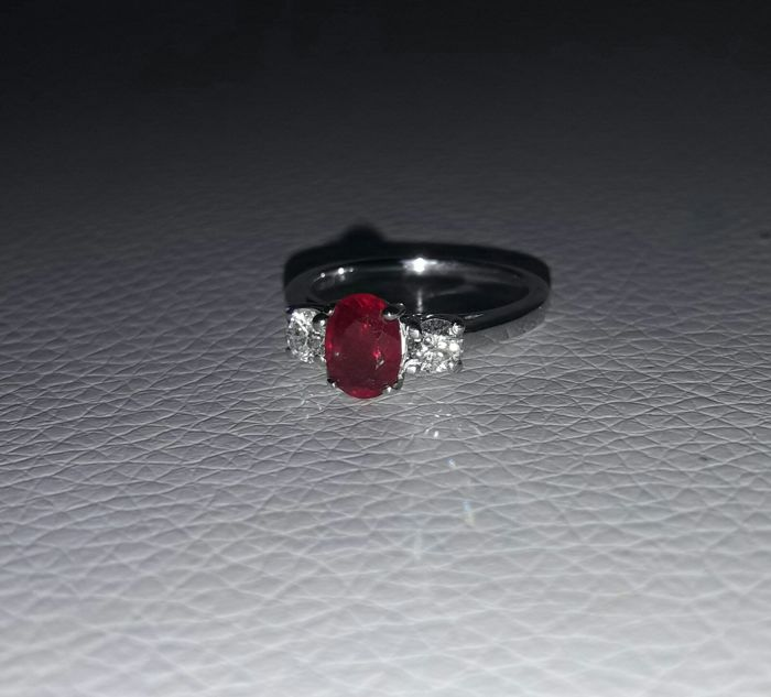 Gold ring (18 kt) with ruby and diamond (0.20 ct) – Size:  M