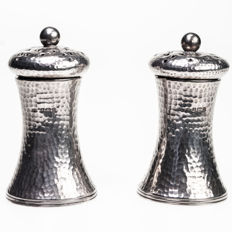 An attractive hammered finish silver condiment set - Birmingham - 1908