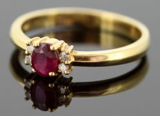 18K yellow gold ladies ring with ruby (0.20 ct) and diamonds (0.04 ct total) Circa.1970's