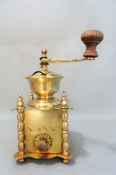 Luxury copper coffee grinder decorated with daisies - France-around 1900