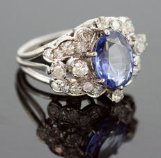 Vintage 18K white gold ladies ring with blue sapphire ( 2 ct ) and diamonds ( 0.76 ct total ) Circa.1970's