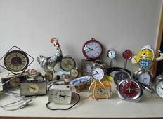Collection (23) clocks and alarm clocks, mechanical, quarts, battery, with plug
