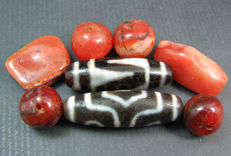 Two Dzi beads together with 6 Carnelian prayer beads - Himalayan regions - second half of the 20th century.