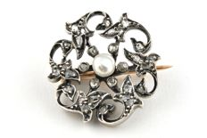 Antique Diamond +/- 1.00ct with Antique Pearl set on 18k Gold and silver fastenings Floral-pattern Brooch - Size 2.5cm x 2.5cm x 1cm