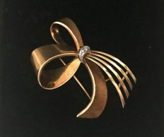 """Bow"" brooch with diamonds, brilliants made of 585/14 kt gold, approx. 7.3 g"