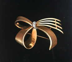 """""""Bow"""" brooch with diamonds, brilliants made of 585/14 kt gold, approx. 7.3 g"""