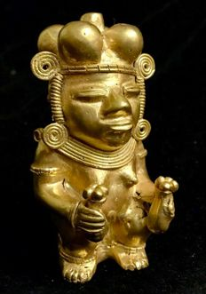 An amazing , Tumbaga Gold , anthropomorphic artifact , Colombia ,Quimbaya Culture  ,  96 x 53 x 46  mm ,  113,23 grams ,   A naked indian native quimbaya priestess , with a poporo in each hand , and another in her head