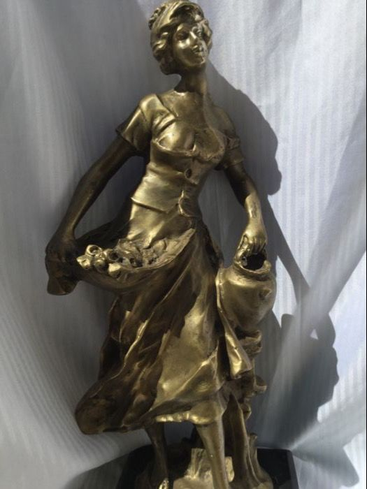 "Sculpture in bronze ""Florista"" (Flower Girl) Art Deco. Signed on the base. Weight 4.3 kg - 40.5 cm"