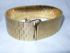 Wide retro bracelet with 14 kt gold plating.