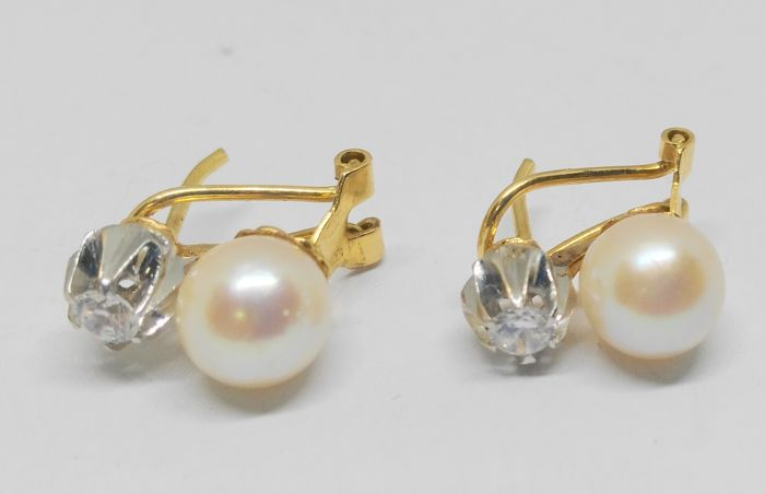 Earrings in 18 kt yellow gold - pearls and zirconias Measurements: 7 mm pearl