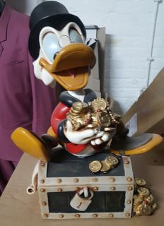 Disney, Walt - Figure - Scrooge McDuck on treasure trove (1980)