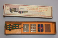 Hornby, England - Spoor 0 - Tin Miniature Luggage and Porter's Barrow Set no.1